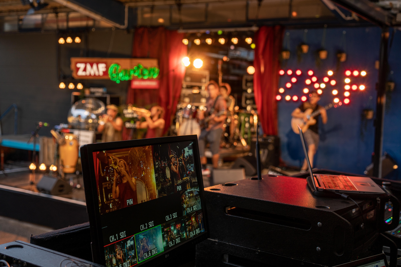 Streaming-Bildschirm mit Bühne im Hintergrund
